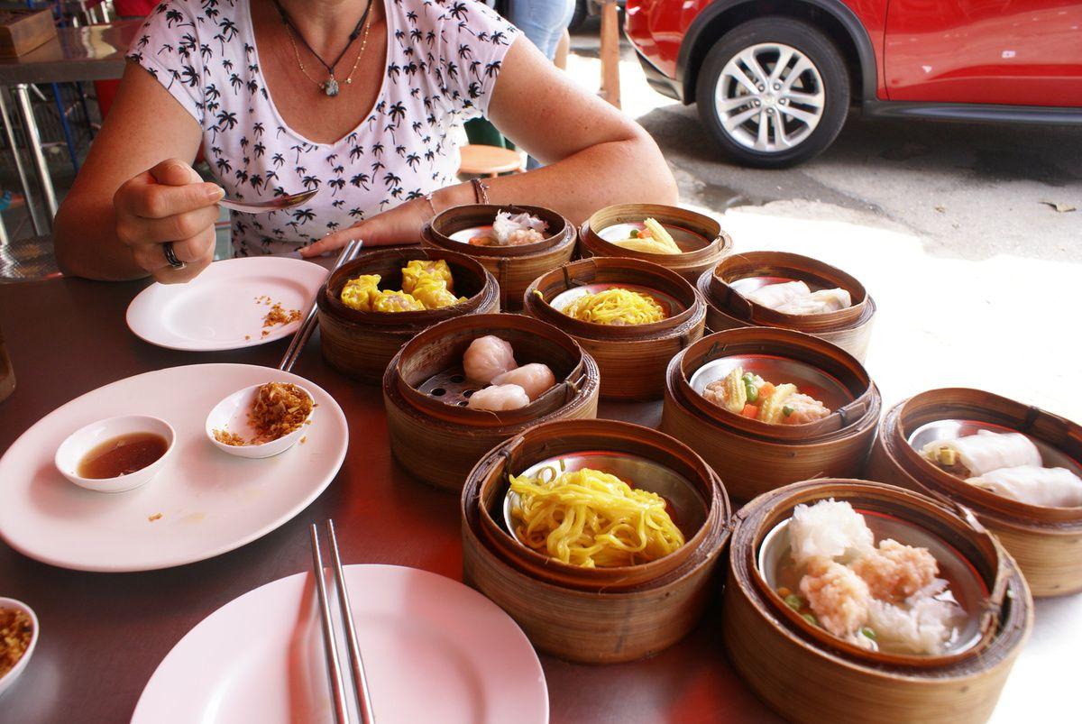 Nous continuons notre balade et la STOP !!!! Un petit resto plein de Thaï: un signe de qualité pour nous !!. Nous choisissons les petits plats en Bambou (22 bath le plat) devant la vitrine, nous nous installons et  pendant ce temps le serveur met nos plats en chauffe. UN REGAL !!!!