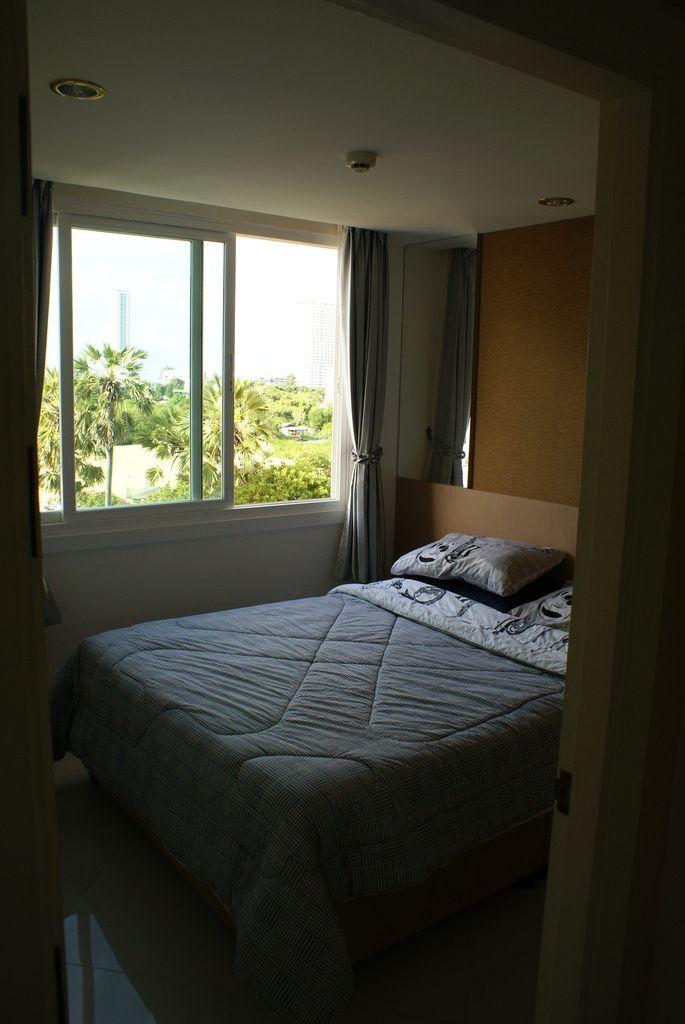 """Arrivés a Bangkok, direction Jomtien, au sud de Pattaya pour prendre notre """"Condo"""", Condominium plus exactement, qui est un appartement. Nous retrouvons Xavier, un français qui est propriétaire et qui loue 3 condos dans la région. Nous sommes au 6ème étage d'une résidence calme, beau cadre, belle prestation et à 3 min de la plage de jomtien et à 10 min du centre de Pattaya."""