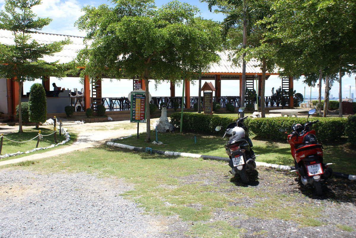 Ou sommes nous ???  Dans le camp militaire de Bang Saray, camp de villégiature pour les militaires mais aussi une école hôtelière ou nous pouvons y déjeuner à un tarif et une vue très sympathique.