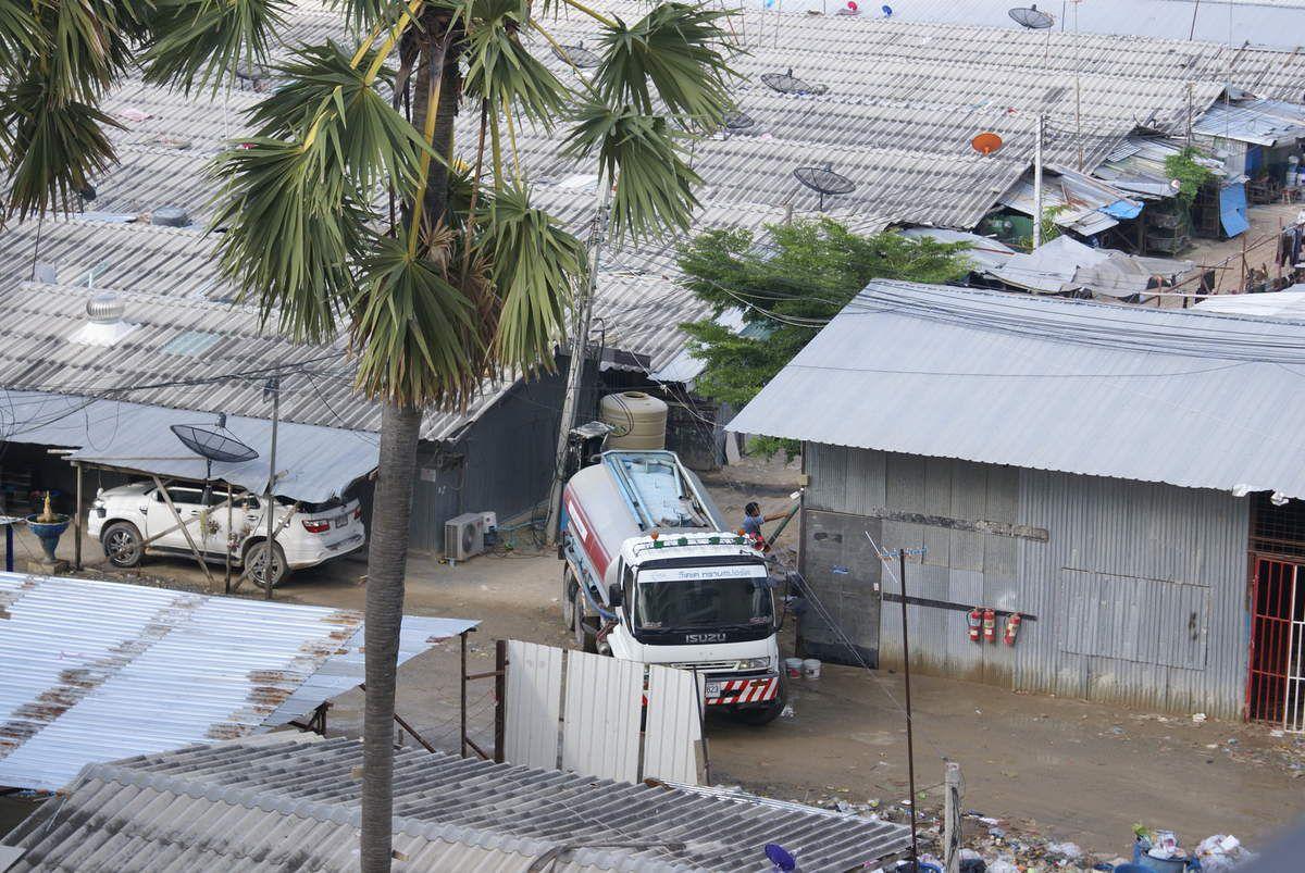 Ici pas besoin de sécurité sur le travail!!, pendant ce temps, un camion citerne tous les matins refait le plein des cuves d'eau pour le camp.
