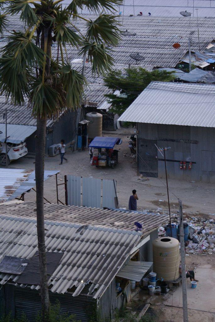 """Quand un constructeur  immobilier commence un projet de construction vous pouvez apercevoir un """"Camp"""" d'ouvriers, plus de 100 personnes, une bonne majorité Birman avec des salaires à donner froid dans le dos....."""