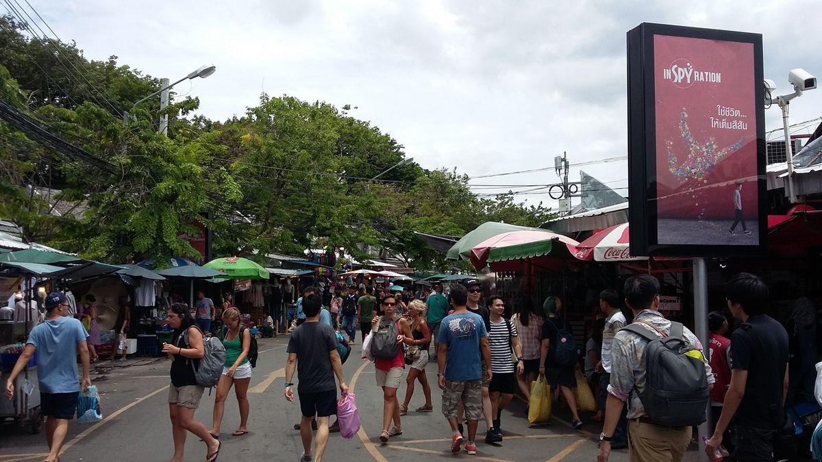 Expérimenter Bangkok sans avoir visité ou avoir fait du shopping au marché de Chatuchak de Bangkok constituerait une visite et une expérience incomplète de la capitale thailandaise. Le marché de Chatuchak est sans nul doute l'un des endroits les plus fréquentés de Bangkok le week-end. Bangkokois et Touristes fouinent dans les nombreuses boutiques des allées du marché.