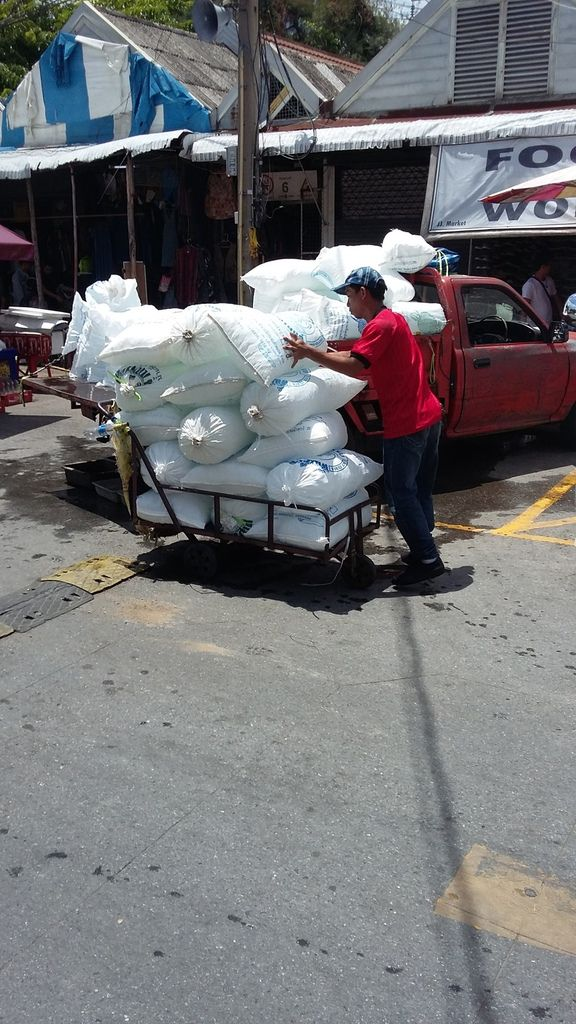 Nous arrivons vers 9h30 au marché et les livreurs de glaçons sont déja à l'oeuvre pour fournir aux commerçants leur commande