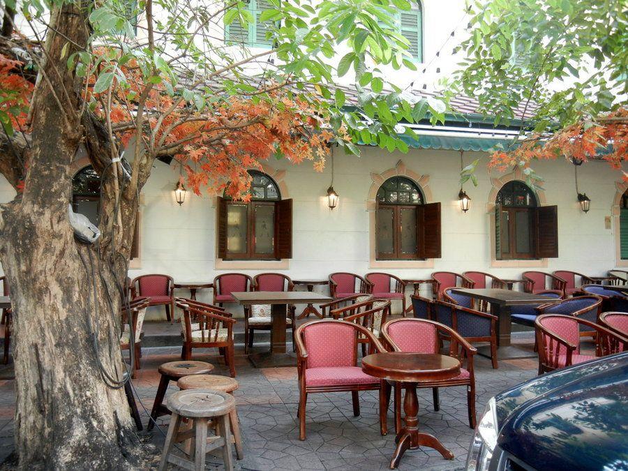 première photo : un bâtiment style occidental à la sortie du bateau, le Palais Royal et ses alentours, le quartier de Khaosan Road et si je ne l'ai pas déjà mis, les glaçons du premier soir : les verres pareil ! dont la dernière photo : le thé thaï au lait.