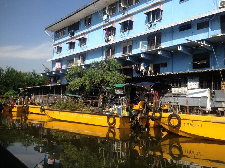 les écluses au loin - temple en réfection (je crois que c'est le Wat Arun) - arrivée dans les KLONGS- dernier mot et image de fin : avant d'embarquer, notre bateau derrière l'homme qui téléphone.