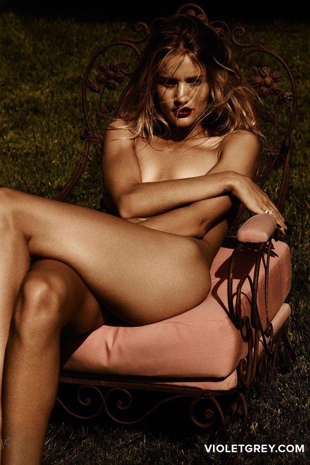 HOT/ Rosie Huntington-Whiteley pose nue pour Violet Grey !