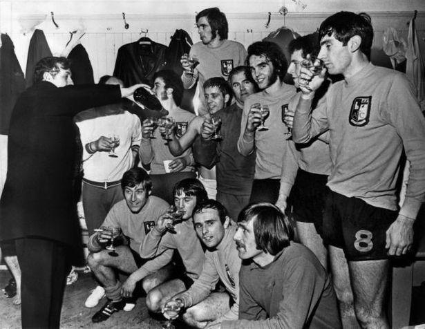 Il presidente dell'Aston Villa Ellis offre champagne ai giocatori dell'Alvechurch, vincitori del sesto replay