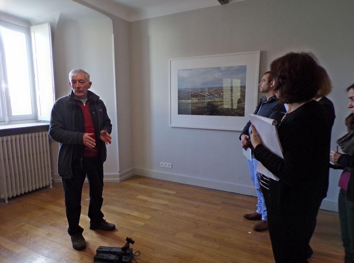 L'artiste John Davis présente son travail à l'équipe de médiation et d'accueil de Labanque © Labanque
