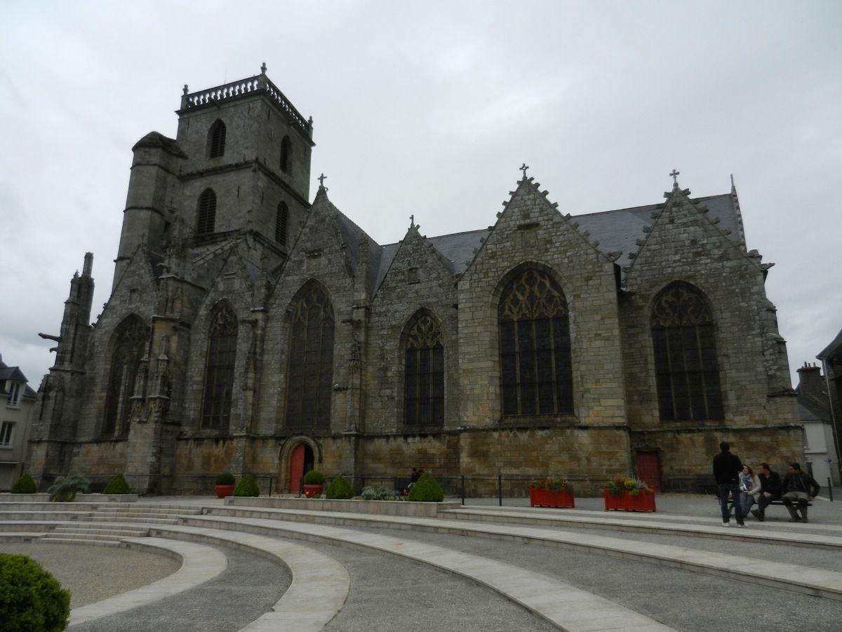 Eglise Saint Armel vue de la Place