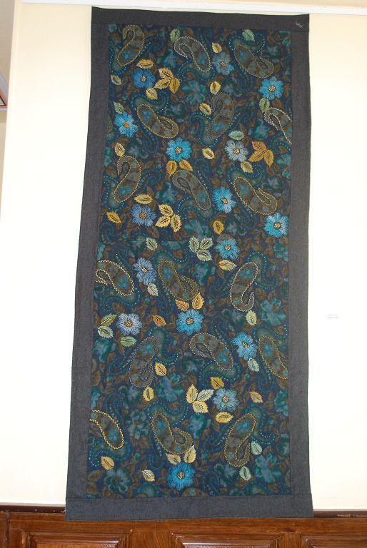 Ce superbe ouvrage a été réalisé à partir d'une jupe en lainage. Le travail de broderie est superbe!