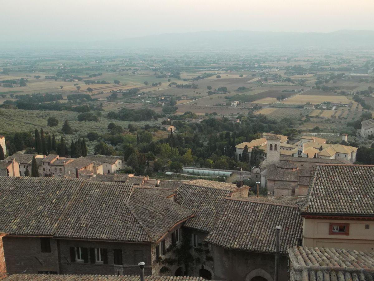 1° août, d'Italie, Assisi, cité de Francesco, j'entends......Cet Article est une brève réflexion en 2 points :  A) Développement inégal et capitalisme.  B) Euro, crise de suraccumulation du capital et solutions. Ecrit rapidement et sur un petit écran, pour répondre à des arguments du moment, cet article contient sans doute des fautes...  Merci de me les signaler éventuellement, si le coeur vous en dit......