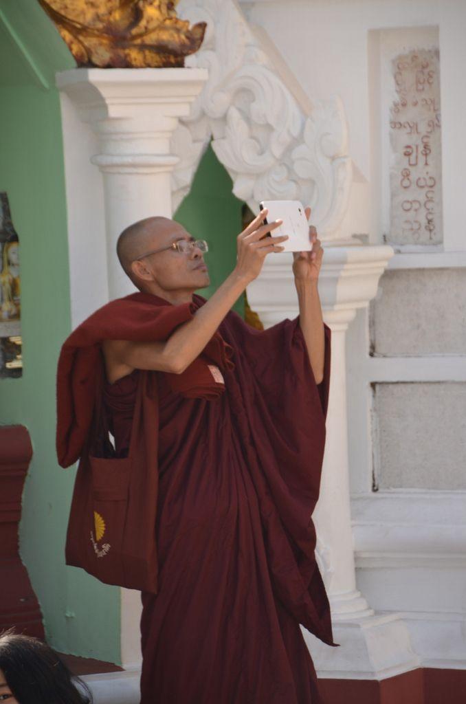 Pour la petite histoire, il y a même du wifi sur le site ! Et tous les birmans sont équipés de smartphone y compris les moines....