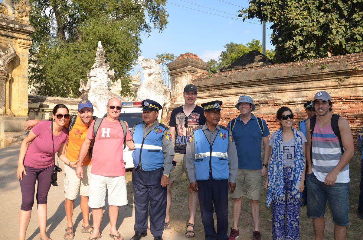 Les policiers ont voulu poser avec nous à l'entrée du site....Tout fout le camp en Birmanie !