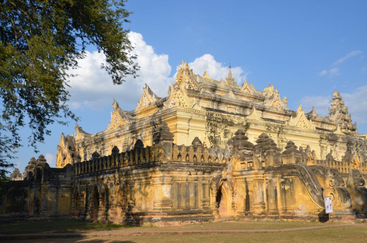 Architecture de briques et maçonnerie impressionnante qui accroche de belles couleurs dorées en fin de journée