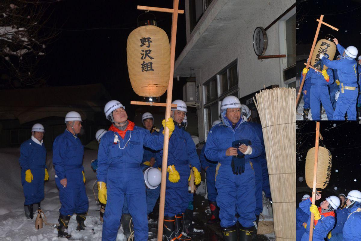 Groupe de villageois avant le début de la procession.