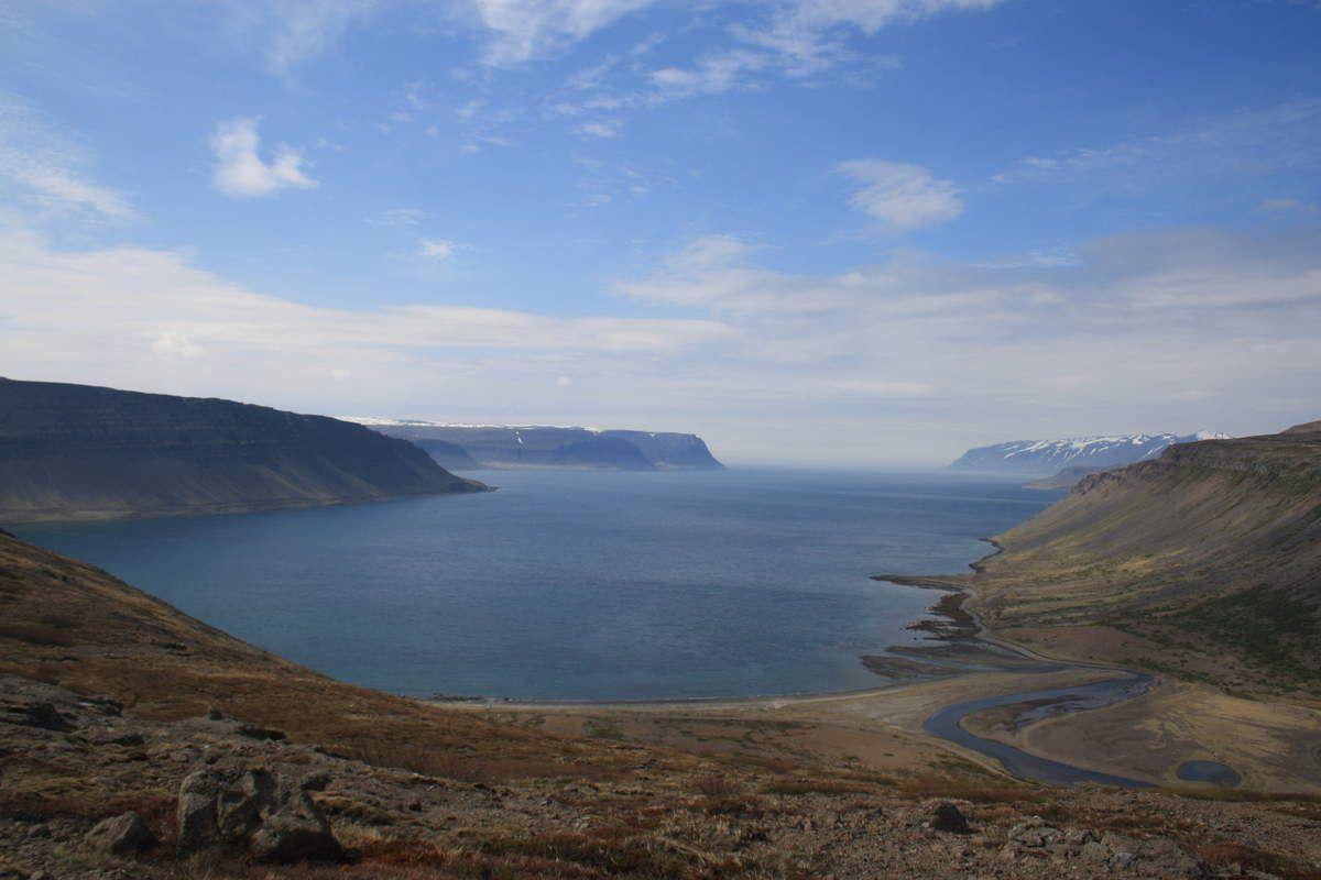 Fjords, sources d'eau chaude en pleine nature, chevaux islandais et la cascade de Dynjandi considérée comme la plus spectaculaire du pays.