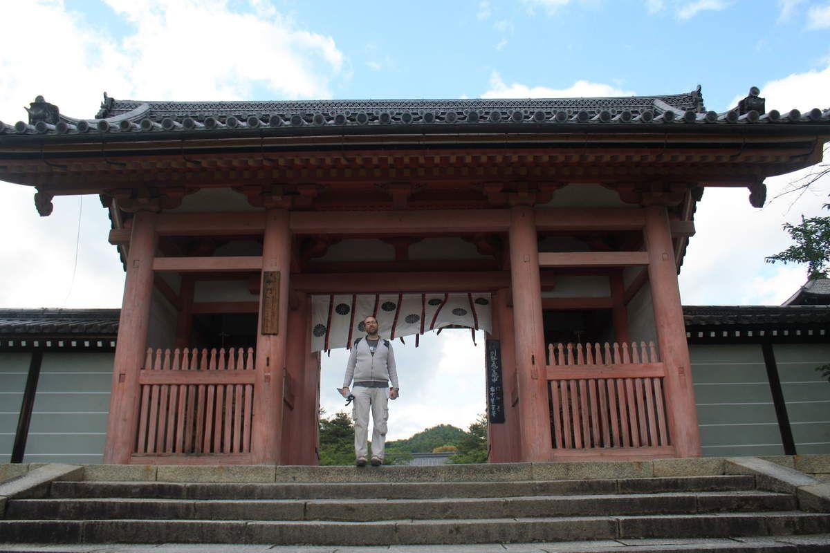 Direction Kyoto, l'ancienne capitale du Japon, avec ses temples bouddhistes, ses sanctuaires shintoïstes (dont l'entrée se fait en passant sous les torii), et ses pagodes, que l'on trouve à chaque coin de rue...ou presque! Les fameux pavillons d'argent (non terminé) et d'or sont remarquables, à noter également les jardins zen avec leurs étendues de sable.