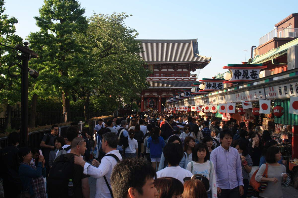 De retour à Tokyo, mélande de tradition et de modernisme, nous apercevons en vrac: le Mont Fuji au loin (4è photo), la Tokyo Sky Tree (634 mètres), la Tokyo Tower copiée sur la Tour Eiffel, la Statue de la Liberté (!!), des pousse-pousse, le palais impérial où réside l'empereur, le théâtre national (bâtiment blanc dans les dernières photos) où nous avons assité à un acte d'1h30 d'une pièce japonaise...en japonais...grand moment!!! Pour terminer cette aventure, les lucky cat vous souhaitent prospérité.