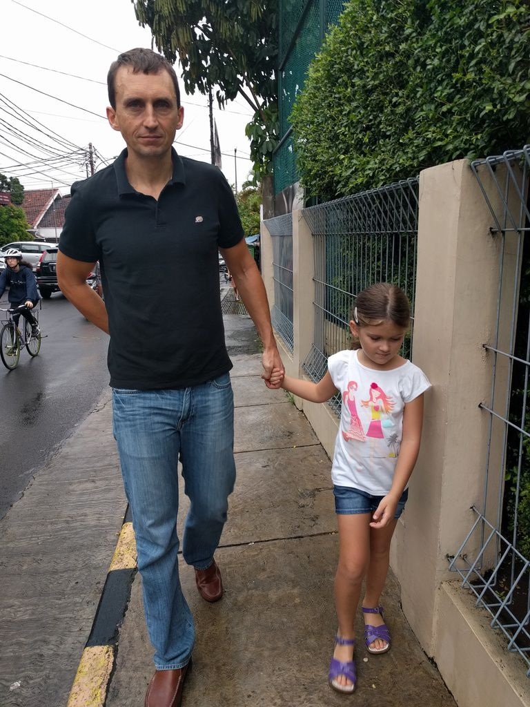 Daddy takes us to school!
