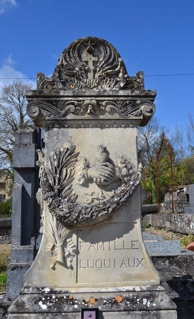 Une des nombreuses tombes sculpées du cimetière de Nanteuil