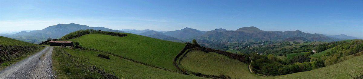 Panoramique sur de nombreux sommets: le Baïgura, les crêtes d'Iparla,l'Artzamendi etc....