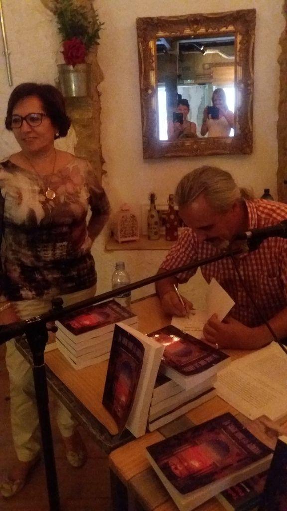 """Reportaje de la presentación de """"La sangre sobre las azucenas"""", de Manuel Fernando Estévez Goytre, en la sala Villavieja, 6 (Alicante)"""