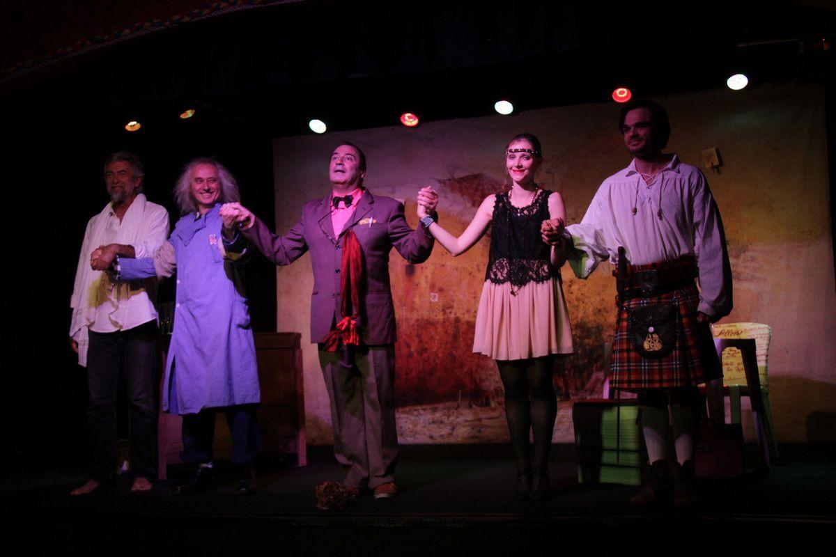 premier salut de la pièce Les personnages oubliés de Henry le Bal