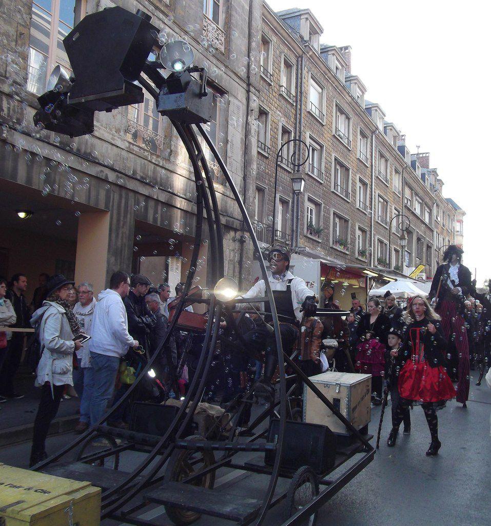 Une troupe de musiciens venus du temps passé aux costumes incroyables.