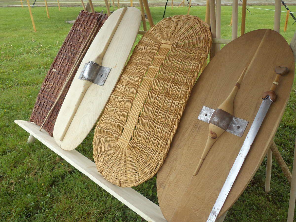 Râtelier d'armes de La Tène C1 : boucliers tressés en osier (brut et écorcé), réplique en chêne du bouclier en chêne de La Tène et proposition d'un bouclier en tilleul.