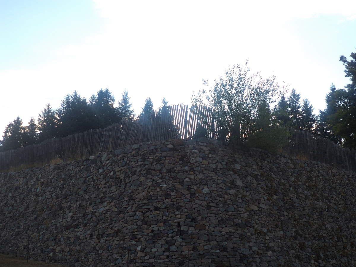 L'un des côtés de la Porte du Rebout, sur l'oppidum de Bibracte.