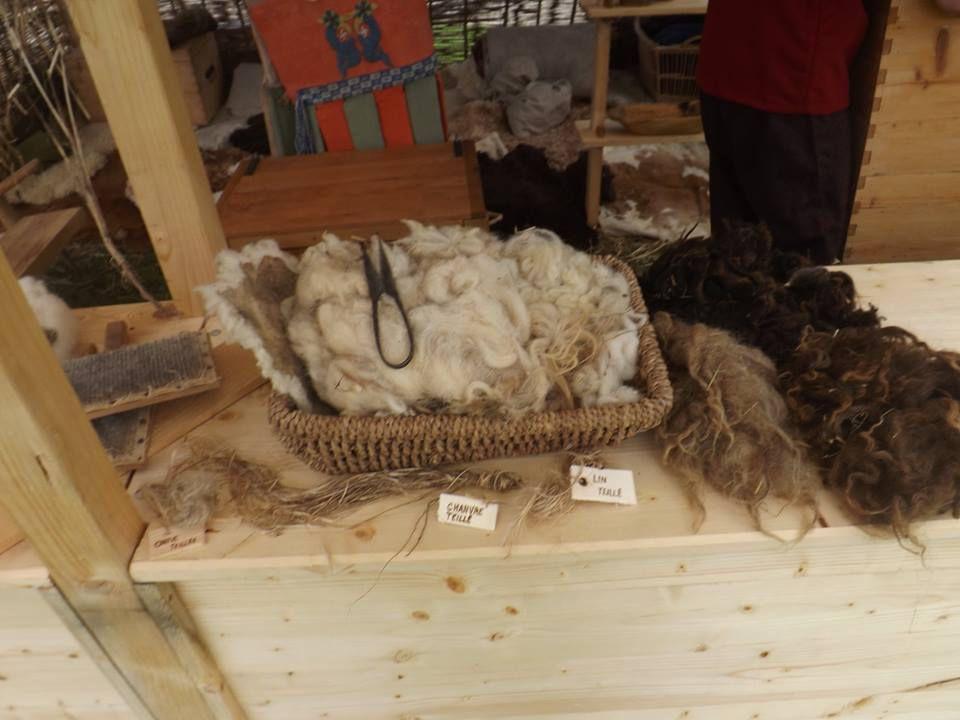 Quelques unes des fibres, animales et végétales, que nous travaillons... dans le cadre de nos activités textiles.