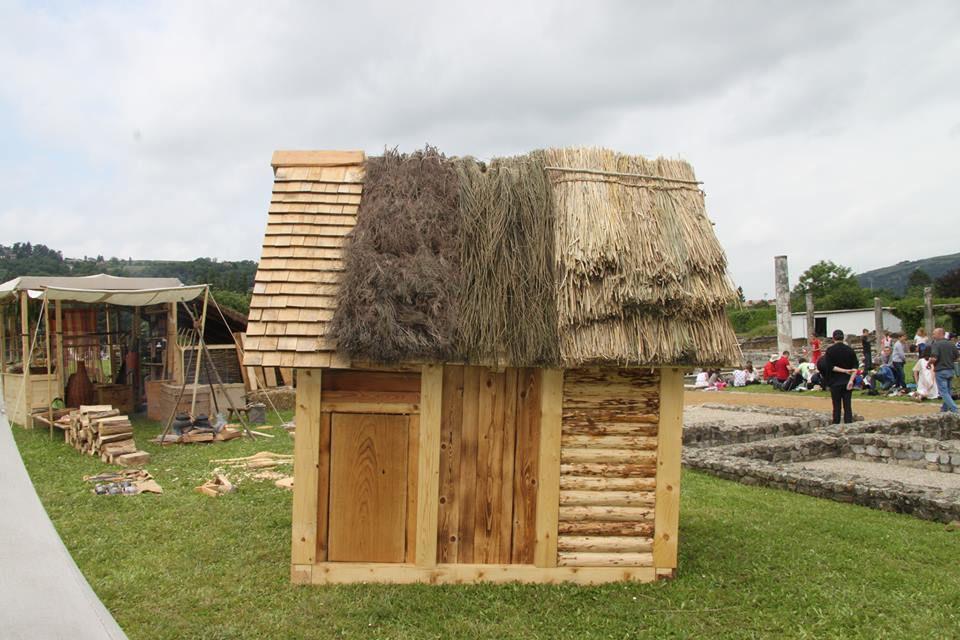 En comparaison des ruines d'édifices en pierres en arrière-plan, les matières composant cette maisonnette se désagrégeront vite et laisseront peu de traces...