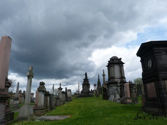 Donc la Necropole est le nom du grand cimetière qui se dresse sur une colline à l'Est de la ville. Très 19e, il est plus aéré et moins mystérieux que ceux d'Edimburgh.