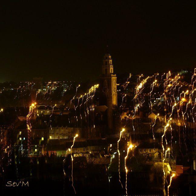 Cork de nuit depuis les hauts de la ville (les hauts c'est vraiment haut !). L'effet feux d'artifice c'est juste mon obturateur qui m'a fait une bonne surprise).