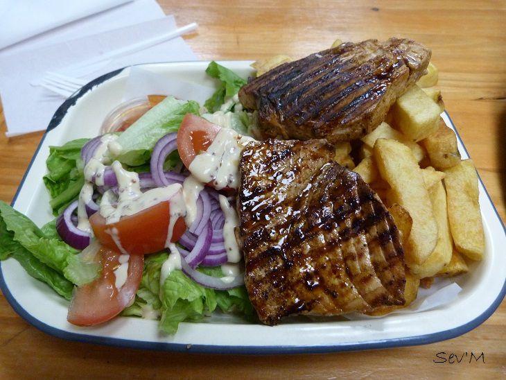Quoi, un post sans pic food ?! Non pas possible...Et voici un fish and ship à l'irlandaise, c'est à dire avec du bon espadon grillé et des frites faites maison.