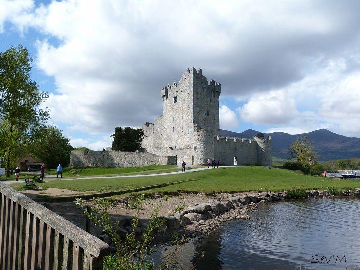 On trouve donc là des superbes ruines de château : celui de Ross entouré d'un grand lac.
