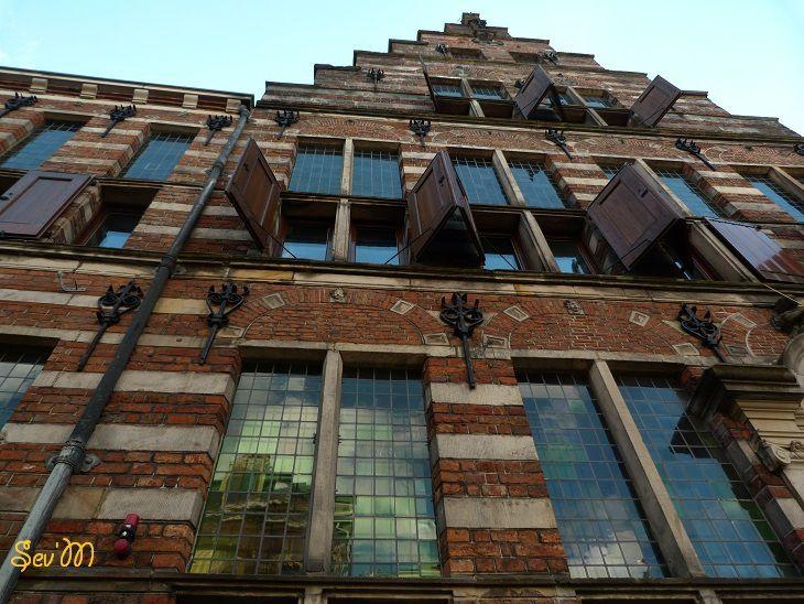 Encore une belle façade, plus ancienne et typique.