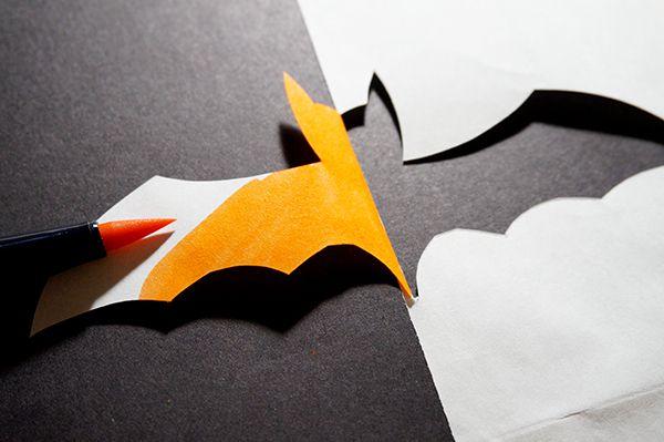 Colorez l'aile repliée de la chauve-souris avec un feutre orange pour obtenir une chauve-souris en relief et bicolore ! Terminez par quelques détails avec la peinture phosphorescente. Laissez sécher.