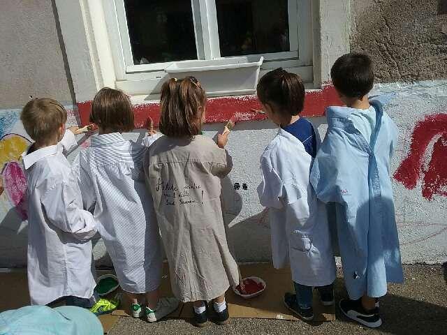 C'est parti, pinceaux et chemises de Papa, les murs de l'école prennent des couleurs!La semaine prochaine chaque élève aura participé à cette création!