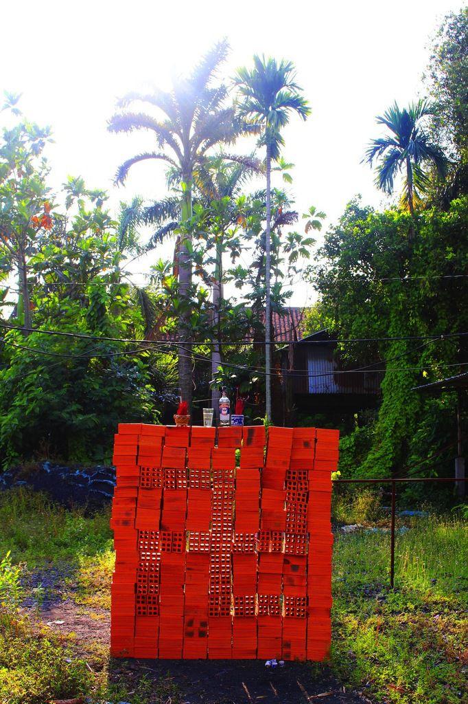 shrine project (1m80x1m80, 396 briques, encens, verre, bouteille,cigarette) Cu Chi/ plus zero (Vietnam).
