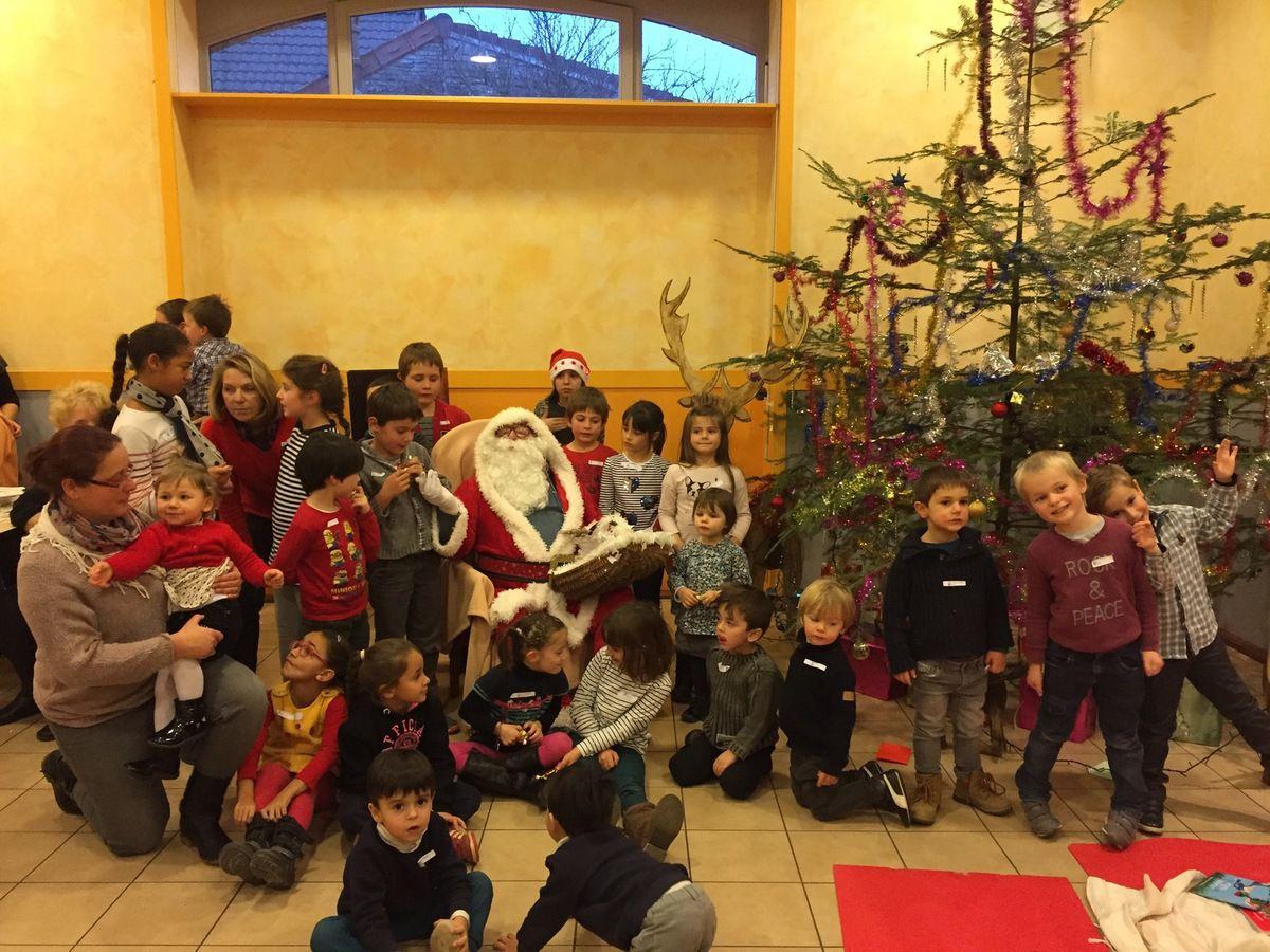 Avec un peu d'avance, le Pere Noel est venu rendre visite aux enfants de l'association. L'après midi avait commencé avec un petit bricolage de Noël, des brochettes des bonbons pour les plus gourmands.... l'arrivée du bonhomme rouge a ravi les enfants qui ont pu lui donner leurs lettres ou tout simplement lui faire un bisou.