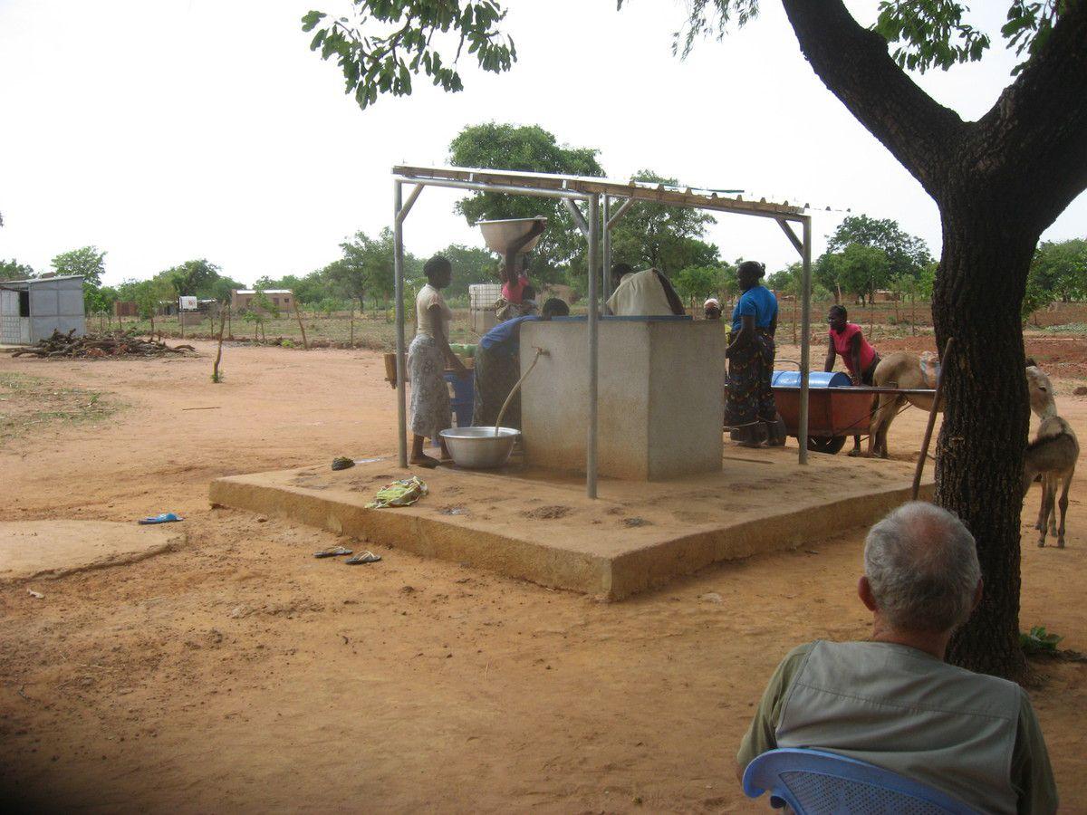 Visite du répresentant de HSF au projet Wurodinisso pour voir les installation d'adduction d'eau le 28 Mai 2015