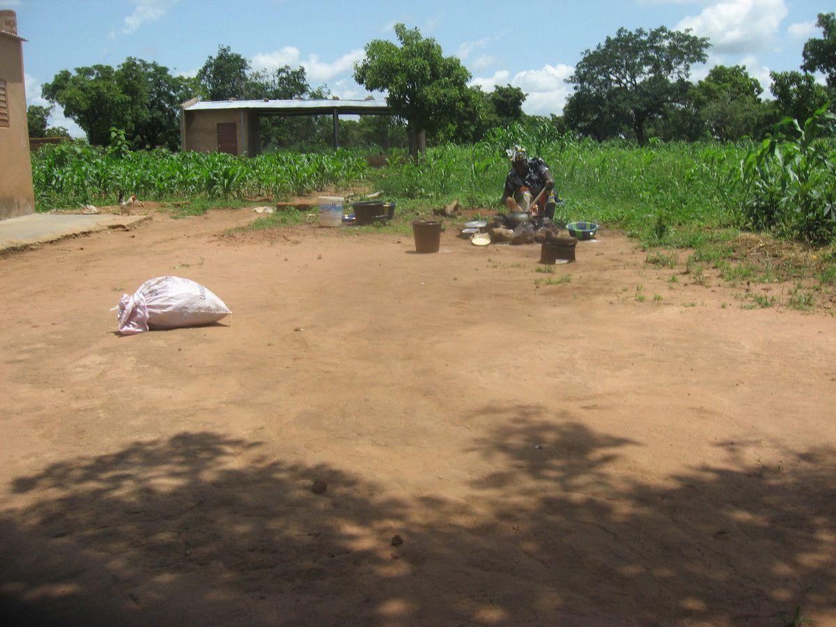 Maman Louise prépare le tô pour le repas aux ouvriers dans le champ pédagogique du projet Wurodinisso