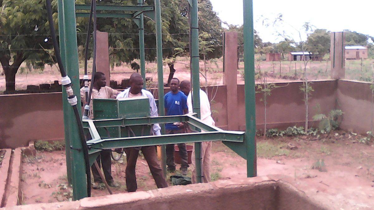 Panne et réparation de la pompe d'eau du forage du projet Wurodinisso à Doufiguisso