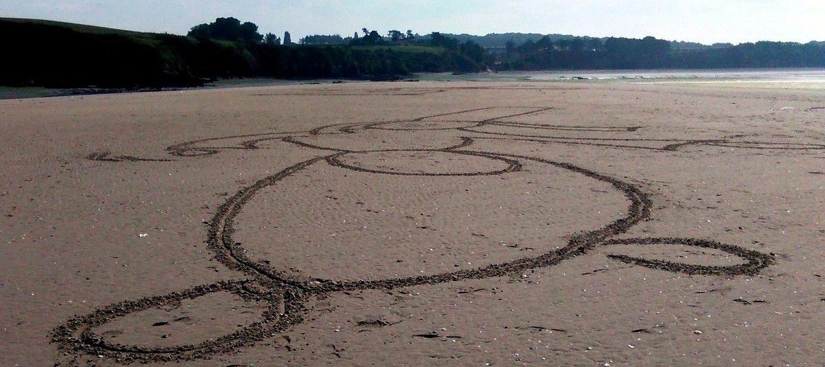 des géant(e)s sur la sable