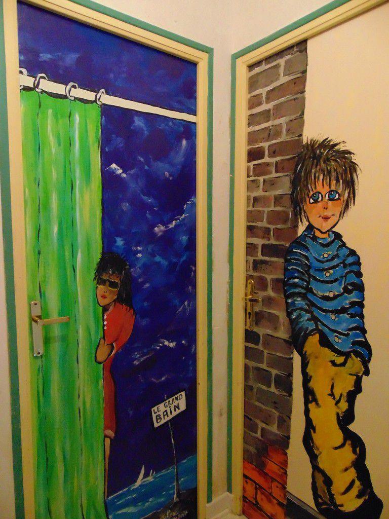 la porte de la salle de bain...pour un hall tout en couleurs, encore une porte et fin de la partie!