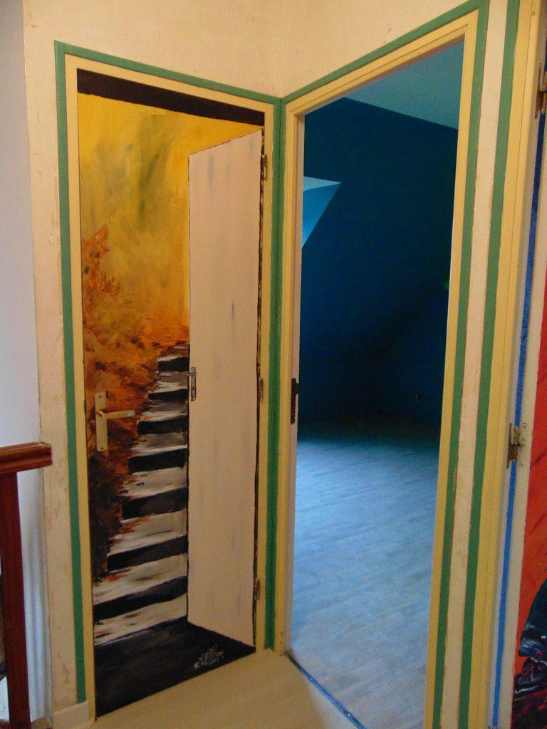 la porte est ouverte pour accéder au grenier