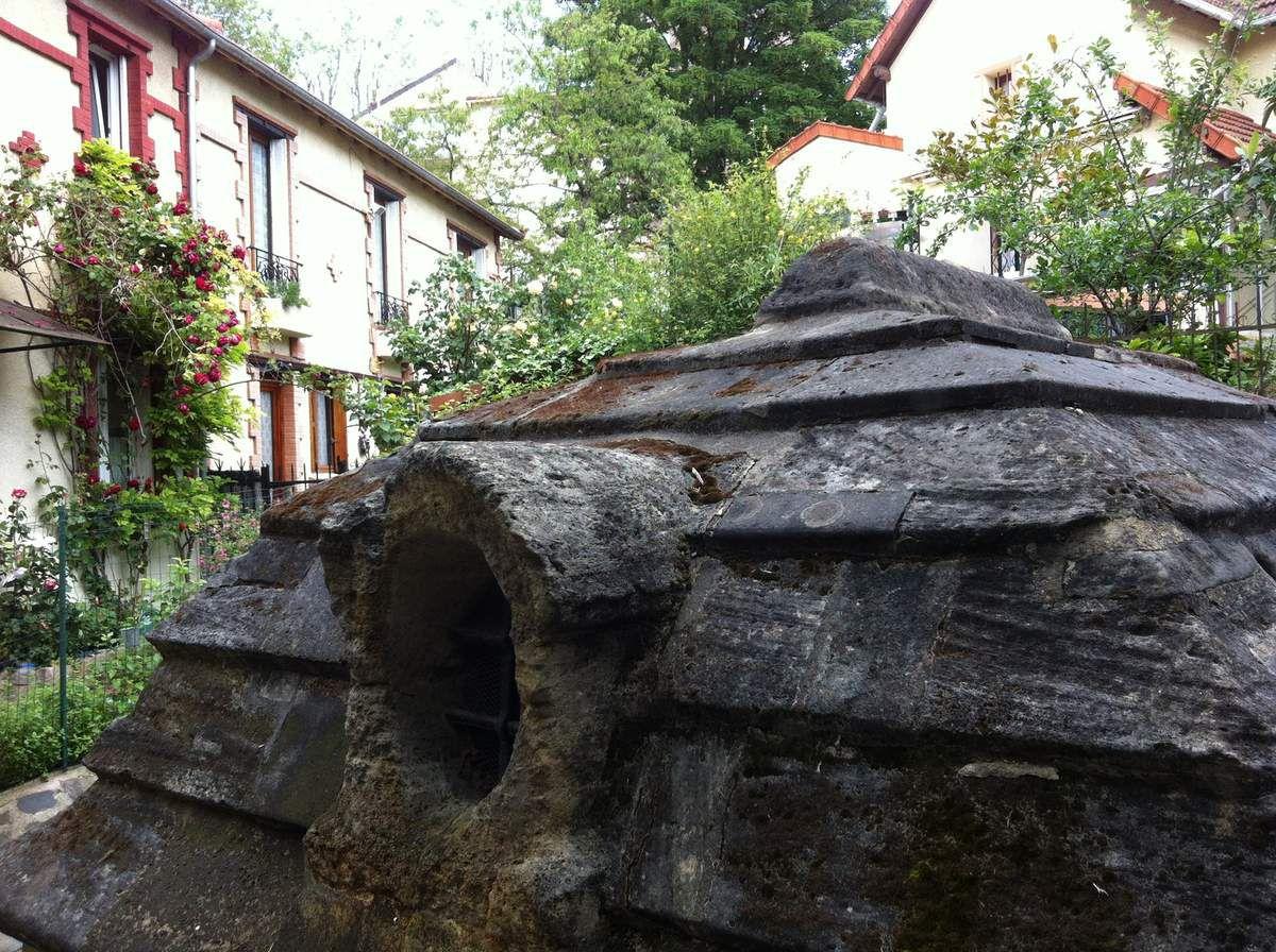 Le regard du Trou-Morin, dans un jardin. A l'intérieur du regard, la cuvette de jaugeage pour déterminer le débit journalier.