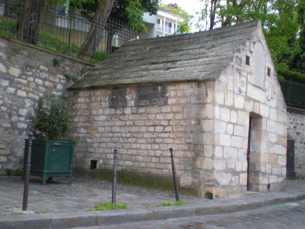 Le regard Saint-Martin des Champs avec une inscription sur le fronton. A l'intérieur, éclairée par la belle lampe à acétylène de Jean-Luc, nous voyons s'écouler en cascade une eau très calcaire qui laisse des traces dans le bassin de décantation.