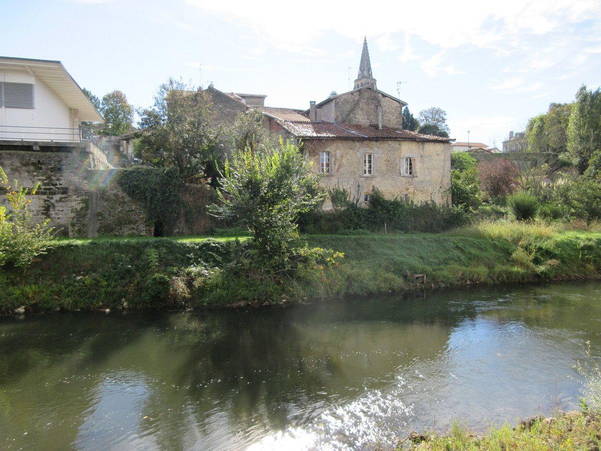 La maison noble de Sanguinet, autrefois le Petit Château à l'emprise de l'ancien pont de bois sur la Midouze. Les armes losangées d'or et de gueules d'Arnaud de Marsan de Cauna sous le porche de l'église paroissiale de Cauna. Le château des d'Antin, Chantilly, à Mugron (vue arrière)